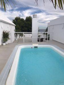 Riktigt bra värde på penthouse i Marbella med privat pool och takterrass nära Puerto Banus
