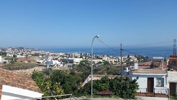Vacker utsikt över havet från huset