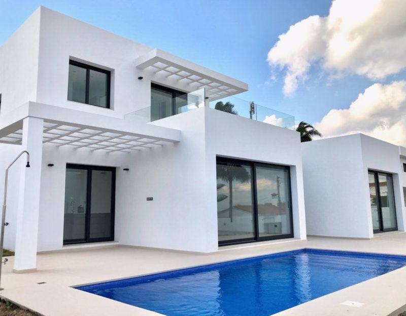 Nyckelfärdig lyxvilla till salu i Estepona – privat pool med havsutsikt